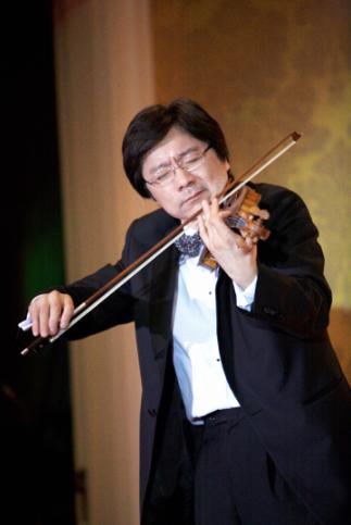 图为小提琴家薛伟即兴演奏《辛德勒的名单》图片