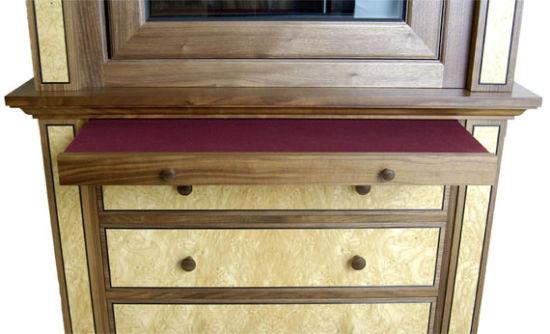 材料选自美国胡桃木,经过打毛处理,以及印度黑檀木脚线设计.