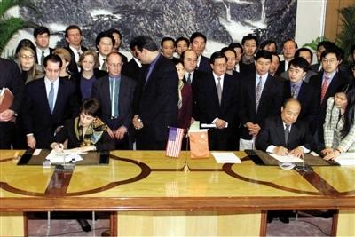 1999年11月15日,中美双方就中国加入世贸组织(WTO)达成协议。左为美国代表巴尔舍夫斯基,右为中国外经贸部部长石广生。图/CFP