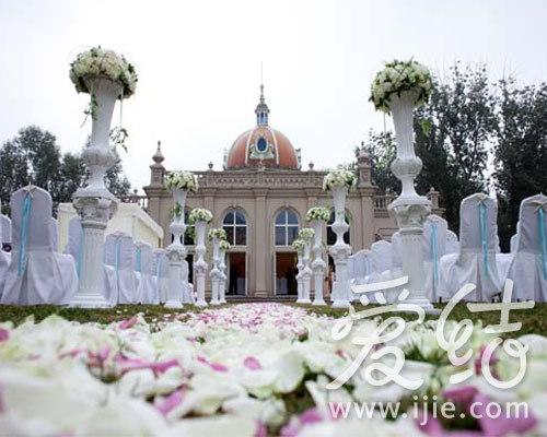 正文    婚礼堂位于朝阳公园内西北角,包围于草坪湖泊之中,和欧式的教