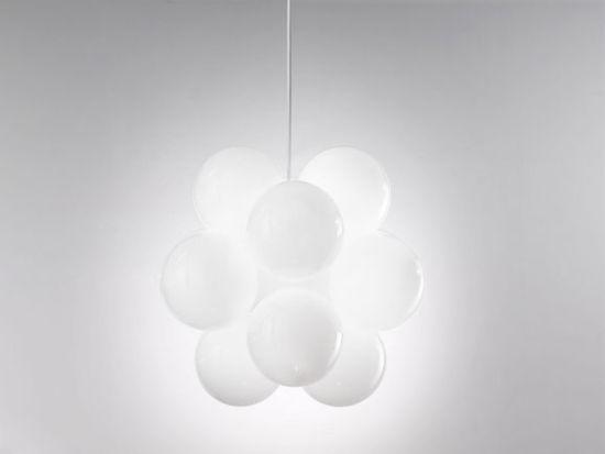 对任何一个房间来说,室内顶灯都是一个重要的组成部分。它不仅起了照明的作用,而且还可以装饰整个房间。与整个室内设计相称的合适的吊灯会成为一个绝好的功能性的装饰。    如果你钟爱现代风格,并且有足够的空间来摆放一个大灯,那么这个像云朵又像葡萄的顶灯一定会吸引你的注意。这件艺术品是意大利公司de Majo Illuminazione 09年度最有创意作品之一,这个公司在Murano 的玻璃制造界起着举足轻重的作用。 漂浮在空中的云朵