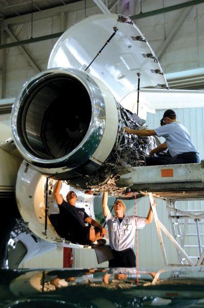 检查飞机发动机