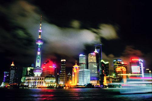 上海外滩夜景,颇具魔幻色彩。沈一天 摄