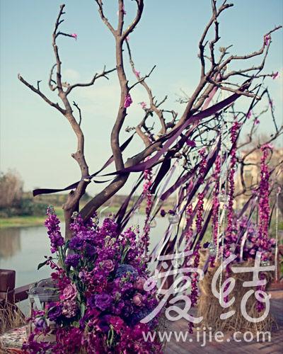利用水池边的树枝悬挂起花瓣串起的流苏,飘逸的丝带与晶莹的吊瓶在