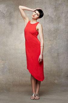 正红色斜下摆背心裙凹凸有致