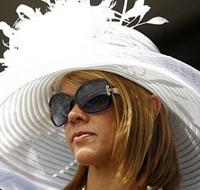 白色羽毛帽有公主风