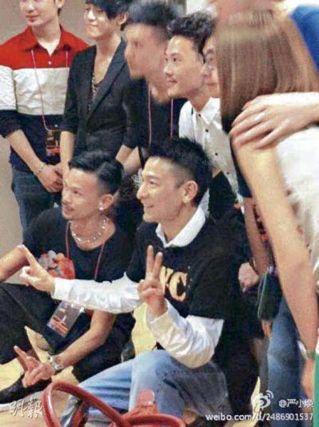 刘德华穿着歌迷会会服,跟一众工作人员合照。