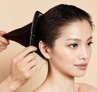 用清水打湿秀发并涂抹摩丝