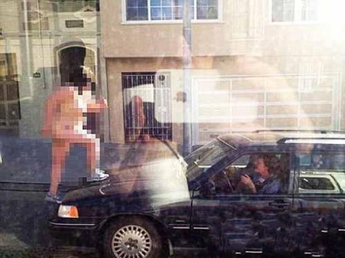 美国一女子赤身裸体猛踩汽车