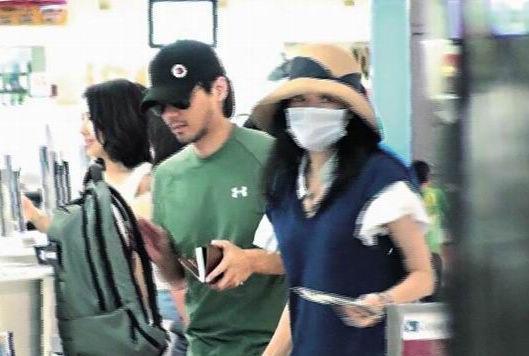 两人现身东京机场