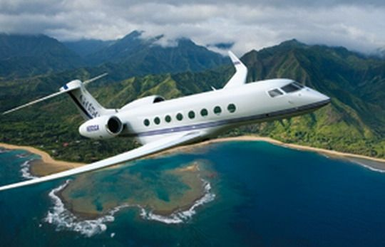 第一位:湾流G550   湾流飞机公司生产的湾流G550是一款国际顶级远程喷气式公务机,如果拥有了一架湾流G550,那么意味着拥有者是世界最富有的人群之一。这款湾流G550是湾流公司全部机型中航程最长、客舱最大的机型,其航程可以和大型客机相媲美,同时又保留了湾流噪音低、起降距离短等优势,使得该大型公务机能进出较小的机场和城市中心机场。此外,它还拥有湾流系列巨大玻璃窗和100%新鲜空气的特点,可谓是极致奢华。   拥有者:郭台铭、史玉柱   参考价格: 4.