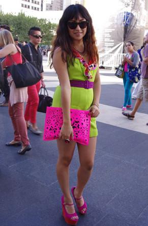 荧光霓虹透视蕾丝 纽约时装周秀场外街拍