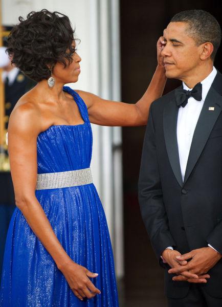 2010年5月19日,奥巴马夫妇等待墨西哥总统夫妇到来,米歇尔帮奥巴马揉眼睛。