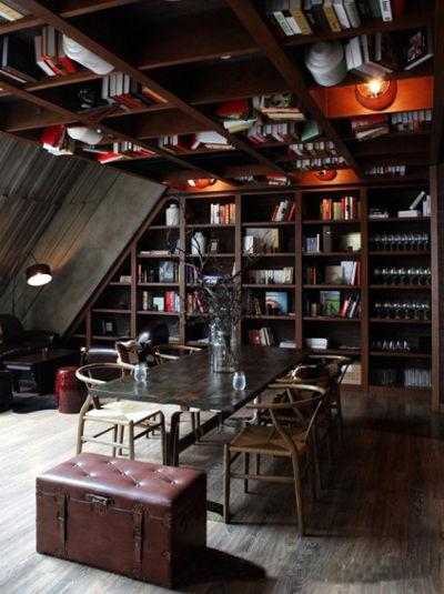 """将书架""""搬""""上天花板,极具创意设计感"""