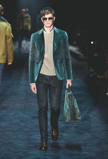 内里和领带则应该选择一些低调素雅的色彩