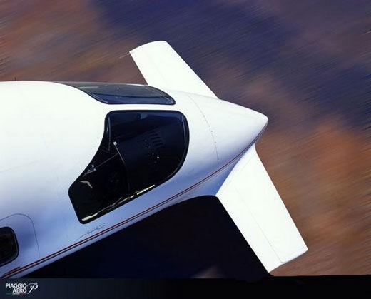 本田Honda Jet--最怪异喷气公务机   参考出厂价:2950万人民币   HondaJet采用了新开发的革新型OTWEM布局(Over-the-Wing-Engine-Mount),将发动机安置在主翼上方的最佳位置。这一获得了发明专利的新技术大大降低了高速飞行时的兴波阻力,提高了燃油经济性。此外,外观采用了先进的空气动力学设计,机头和机翼采用了自然层流形状,防止发生空气紊流,并大幅度降低了空气阻力。   日本人的设计一直不敢让人恭维,也许是创新,也许是怪异。但是他们真的做到了。这就是本田Hon