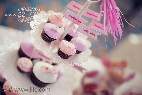 迷人可爱的翻糖蛋糕,为新人特别定制的小旗子,让甜品更显精致.