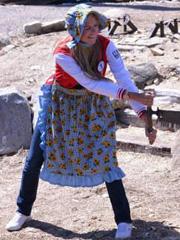 模特选手参与山顶伐木表演
