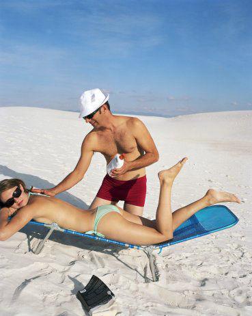 涂抹防晒霜要足量、适时补充,避免长时间户外活动