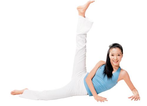 侧卧地板上,双腿伸直