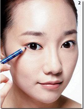 画眼线之前用透明带点光泽感的眼影粉打亮眼周,眼睛会更加干净,明朗