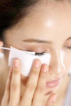 使用化妆棉与棉花棒来卸除睫毛膏