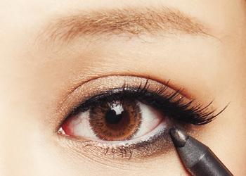下眼线由眼尾开始由粗向细逐渐过渡
