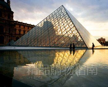 卢浮宫前的金字塔在夕阳下美不胜收。