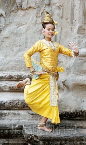 大小吴哥城里都有这种身着传统服饰的舞者,要想和她们合影,一人一美元。