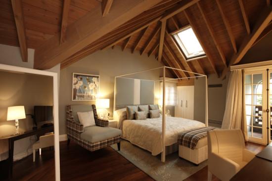 以复古欧式家具搭配绿色和灰色为主的壁纸及床饰,但阁楼上却别有洞天