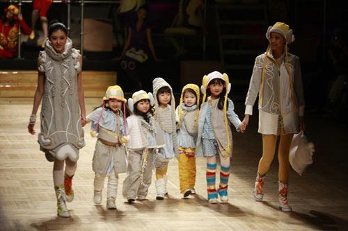 活泼可爱的宝宝穿着时尚的衣服和大模出现在视野中