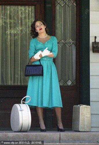 珍珠搭配蓝绿色复古连身裙