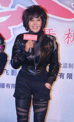 刘晓庆的骚內裤_格纹裤子展露问题腿形 刘晓庆破洞打底裤把大腿赘肉全