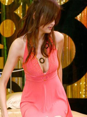也许吧.        小花裙显露小女人的可爱,吊颈式设计带有挤胸效果.