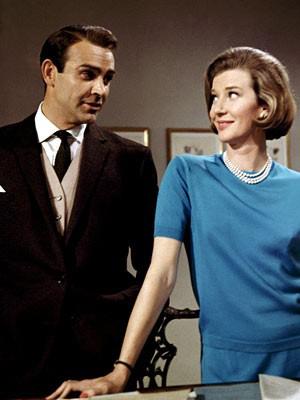 Moneypenny的着装现在看起来有种复古的时髦