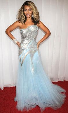 碧昂丝身穿Elie Saab亮片雪纺裙在格莱美红毯上华美亮相