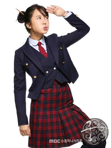 点评:韩国校服较之日本校服比较含蓄更可爱一些,棕色的校服活泼可爱