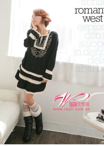 黑色蕾丝边绣花连衣裙+黑色翻毛绵靴搭配甜蜜袜装更可爱哦