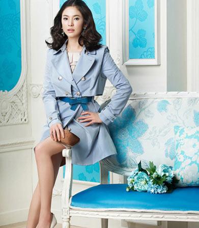 淡蓝色大衣优雅迷人