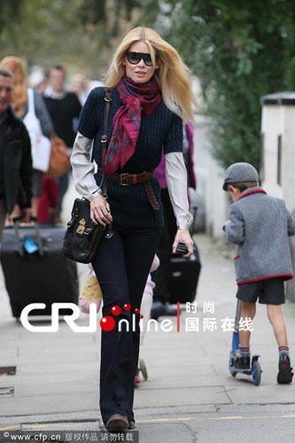 克劳蒂亚-雪佛半袖针织衫搭配花案围巾时尚有型