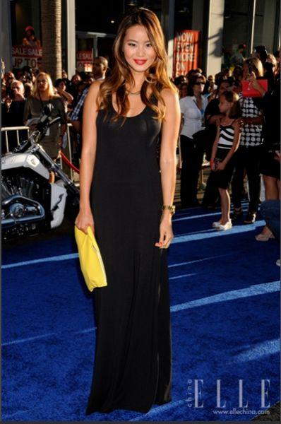 黑色长裙搭配黄色手拿包-长裙分外妖娆 精心挑选完美出街图片