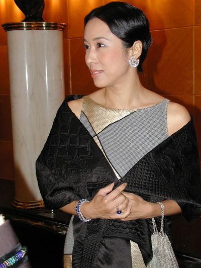 朱玲玲身穿富贵礼服出席活动