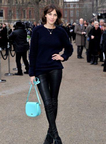 艾里珊-钟 (Alexa Chung) 深蓝色的毛衫配上黑色皮裤