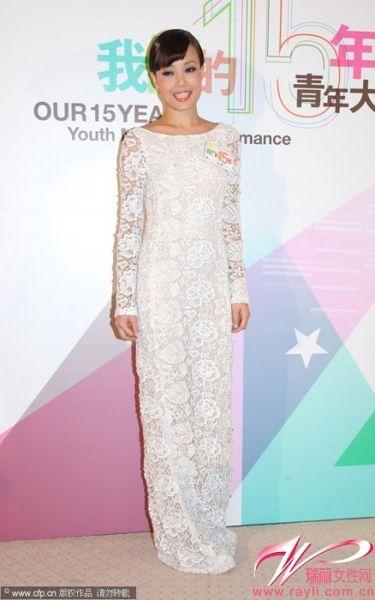 白色蕾丝长袖礼裙