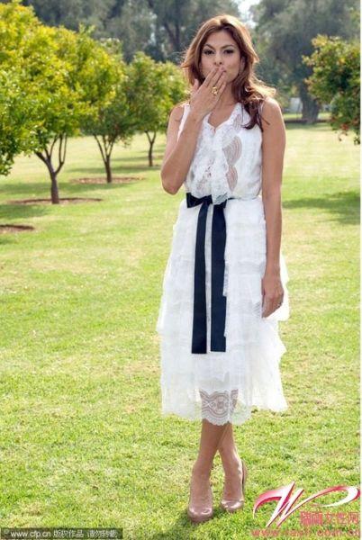 白色镂空蕾丝伞裙+黑色缎带束腰