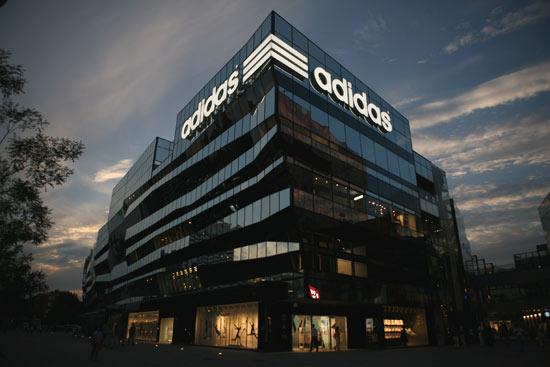 位于北京三里屯的阿迪达斯亚洲旗舰店,夜幕下格外壮观