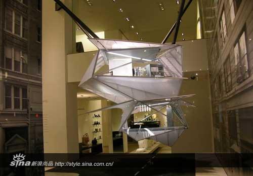 """原来有""""不明飞行物""""状双层空间降落其挑高极高的复式橱窗."""