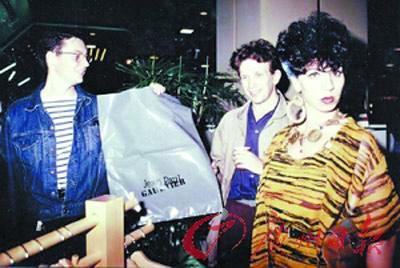 年轻时的Jean Paul Gautier(左二)与Francis Menuge(左一),在品牌初创时意气风发。