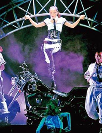 安室奈美惠《play more!》演唱会中,她气势十足站上重型机车登场.