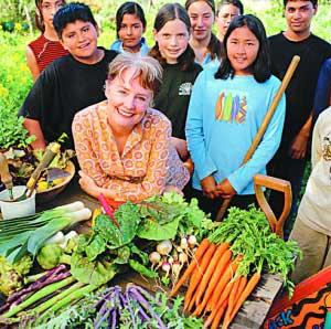 """美国加州著名女厨师艾丽丝-沃特斯一直倡导自家种植农作物的健康生活理念。她与米歇尔会面讨论这个构思后,白宫便开始实施了这一""""菜园""""计划。"""